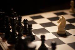 Flyttning för vit häst för schack arkivfoton