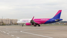 Flyttningar för flygbuss A320 Wizz Air på landningsbanan Arkivbild