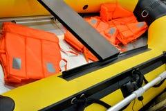 Flytväst och av det rubber fartyget Royaltyfri Foto