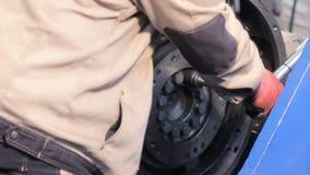 Flywheel parowozowa ciężarówka pracownik pracy z torque wyrwaniem dociska rygle z torque wyrwaniem zdjęcie wideo