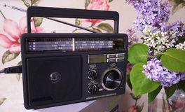 FM和上午收音机的减速火箭的样式收音机招待会 能也听MP3文件 r 库存照片