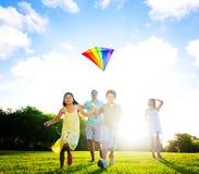 Fmaily Bawić się kanię Outdoors Zdjęcia Royalty Free