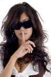 Fêmea bonita que shushing Foto de Stock Royalty Free
