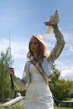 Fêmea com espada e pomba do samurai Foto de Stock