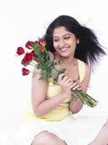 Fêmea com um grupo de rosas vermelhas Fotos de Stock