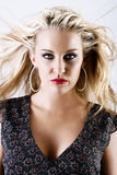 Fêmea loura nova lindo com cabelo do vôo Foto de Stock Royalty Free