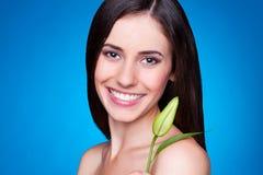 Fêmea nova de fascínio com flor em botão Fotografia de Stock