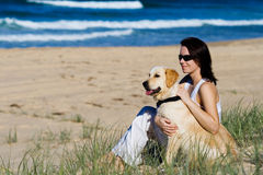 Fêmea nova em uma praia Imagens de Stock Royalty Free
