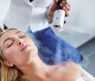 Fêmea nova que recebe o tratamento cryotherapy local Fotografia de Stock Royalty Free