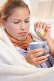 A fêmea nova travou o mau bebendo frio do sentimento do chá Imagens de Stock