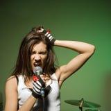 Fêmea que canta no mic. Fotos de Stock Royalty Free