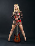Fêmea que está com guitarra elétrica Fotografia de Stock Royalty Free