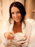 Fêmea que prende uma caneca de café Foto de Stock