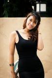 Fêmea tailandesa bonita feliz que aprecia perto da piscina Imagem de Stock