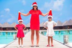 Fmily en el sombrero rojo de Papá Noel el días de fiesta de la Navidad Imagenes de archivo