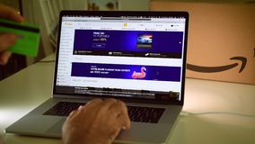 Fnac-Tagelöhnereinkaufen auf Laptopabkommen stock footage