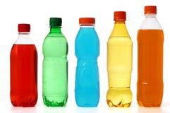 Fünf farbige Flaschen mit Saft und Soda Stockbild