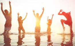 Fünf Freunde, die Partei bei Sonnenaufgang machen Stockfotografie