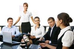 Fünf junge Geschäftspersonen haben eine Sitzung Lizenzfreies Stockfoto