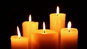 Fünf Kerzen beleuchtet und ausgelöscht stock video