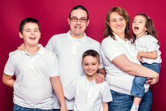 Fünf Mitgliedsfamilien-Lächeln Stockfotografie