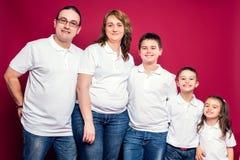 Fünf Mitgliedsfamilien-Lächeln Stockbilder