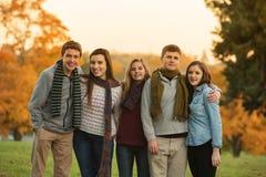 Fünf netter Teenager mit Schals Lizenzfreie Stockfotografie