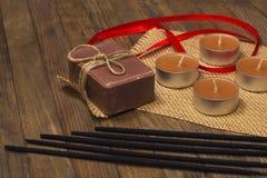 Fünf Räucherstäbchen und Seife mit Kerze Stockfotos