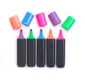 Fünf schwarze Farbenmarkierungen mit den geöffneten Schutzkappen getrennt Stockbild