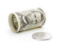 Fünfdollarschein und Silbermünze Stockbild