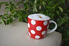 Fnoskig coffe rånar, morgoncoffe, kopplar av Arkivfoto