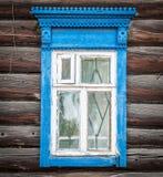 Fönster av trähuset för gammal traditionell ryss. Arkivfoton