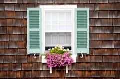 fönster för blomma för strandaskstuga Arkivfoto