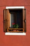 Fönster för öppet hus i Burano Italien Arkivfoton