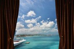 Fönster med gardinen och gardin Arkivfoton