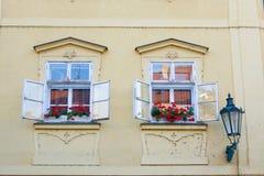 Fönster och blomma, Prague Arkivfoto