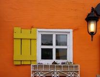 Fönster och lykta på den färgrika väggen Fotografering för Bildbyråer