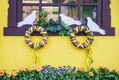 Fönster som dekoreras för påsk Fotografering för Bildbyråer