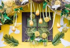 Fönster som dekoreras för påsk Arkivfoto