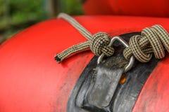 Fnuren av det röda uppblåsbara fartyget Arkivfoto