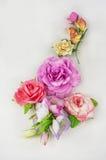 Foamiran hecho a mano de la tela de la flor en un fondo blanco Imagen de archivo