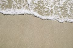 Foamy κύματα παραλιών την ηλιόλουστη ημέρα ως υπόβαθρο Στοκ Εικόνες