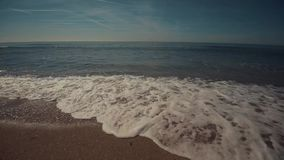 Foamy κύματα που σπάζουν στην ακτή ειρηνική σκηνή απόθεμα βίντεο
