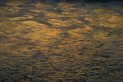 Foamy κύματα στο ηλιοβασίλεμα Στοκ Εικόνα