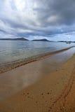 Foamy fala denny chełbotanie na piaskowatej plaży Obrazy Stock