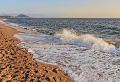 Foamy fala morze na piaskowatej plaży Fotografia Royalty Free
