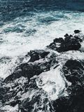 Foamy fale przy oceanu brzeg przy zmierzchem obraz royalty free