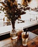 Foamy Jabłczany sok na Drewnianym stole zdjęcie royalty free