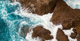 Foamy kipiel przy skałami zdjęcie royalty free