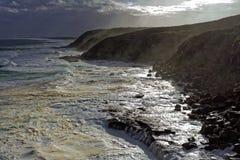 Foamy morze pogodą sztormową przy skalistym wybrzeżem obrazy royalty free